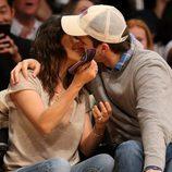 Mila Kunis y Ashton Kutcher se besan durante un partido de Los Angeles Lakers
