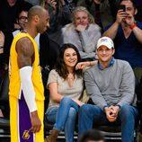 Mila Kunis y Ashton Kutcher disfrutan de un partido de Los Angeles Lakers
