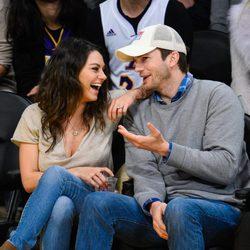 Mila Kunis y Ashton Kutcher, muy cómplices durante un partido de baloncesto