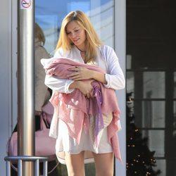 Esther Cañadas mira a su hija recién nacida