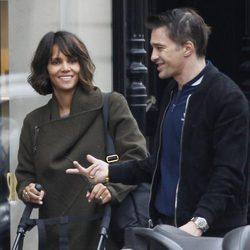 Halle Berry y su marido Olivier Martinez disfrutando de un paseo por París