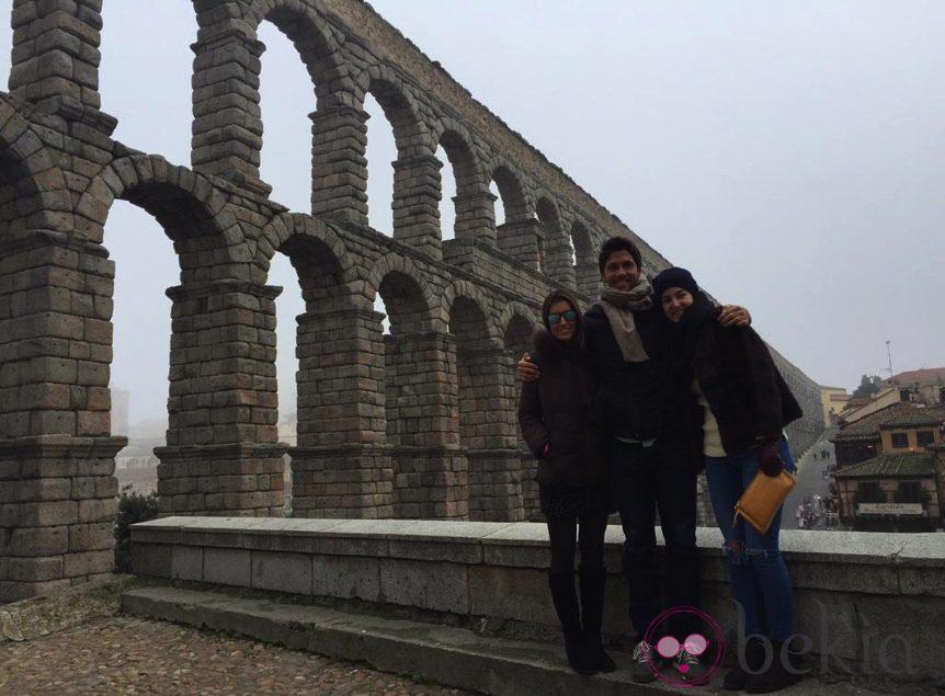 Ana Boyer y Fernando Verdasco con una amiga en el acueducto de Segovia