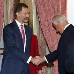 El Rey Felipe saluda a Alfonso Martínez de Irujo