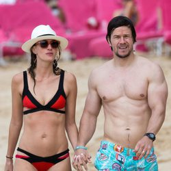 Mark Wahlberg y Rhea Durham pasean por la orilla de la playa durante sus vacaciones navideñas en Barbados
