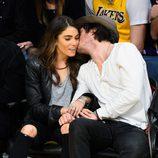 Ian Somerhalder besando a Nikki Reed durante un partido de la NBA