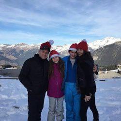 Michael Douglas y Catherine Zeta-Jones con sus hijos pasando la Navidad en los Alpes franceses