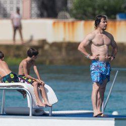 Mark Wahlberg con dos de sus hijos en una plataforma marítima