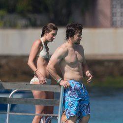 Mark Wahlberg y Rhea Durham se lanzan al agua desde una plataforma marítima