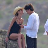 Heidi Klum hace un gesto cariñoso a su novio Vito Schnabel durante un día en la montaña