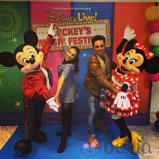 Paula Echevarría y David Bustamante con Mickey Mouse y Minnie