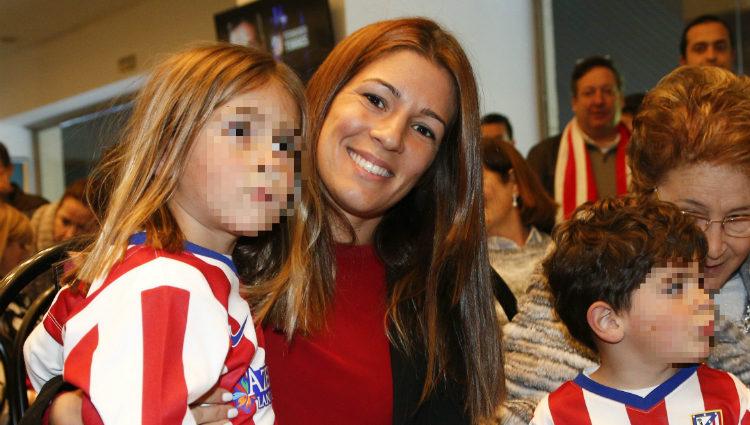Fernando Torres recibe el apoyo de su mujer Olalla Domínguez y sus dos hijos en la presentación ante el Atlético de Madrid