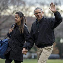 Barack Obama con su hija Malia volviendo a la Casa Blanca tras pasar la Navidad en Hawai