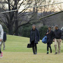 Barack y Michelle Obama con sus hijas Sasha y Malia volviendo a la Casa Blanca tras pasar la Navidad en Hawai