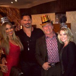 Sofía Vergara, Joe Manganiello, Arnold Schwarzenegger y Heather Milligan recibieron el año 2015 en Las Vegas