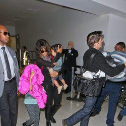 Halle Berry con Olivier Martínez y sus hijos en el aeropuerto de Los Angeles