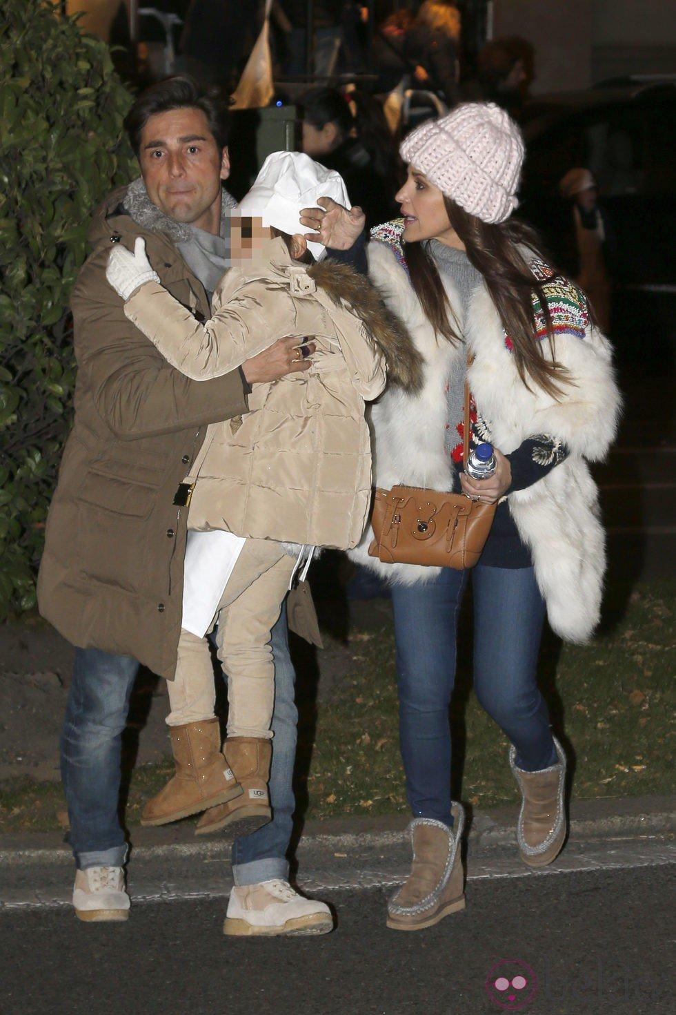 David Bustamante y Paula Echevarría con su hija Daniella en la Cabalgata de Reyes de Madrid 2015