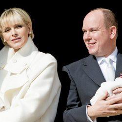 Los Príncipes Alberto y Charlene de Mónaco en la presentación oficial a sus mellizos Jacques y Gabriella