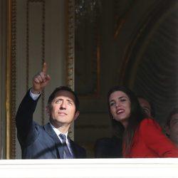 Gad Elmaleh y Carlota Casiraghi en la presentación oficial de los mellizos Jacques y Gabriella