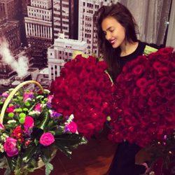 Irina Shayk recibe por su 29 cumpleaños decenas de rosas rojas