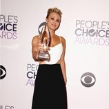 Kaley Cuoco posando con su galardón de los People's Choice Awards 2015