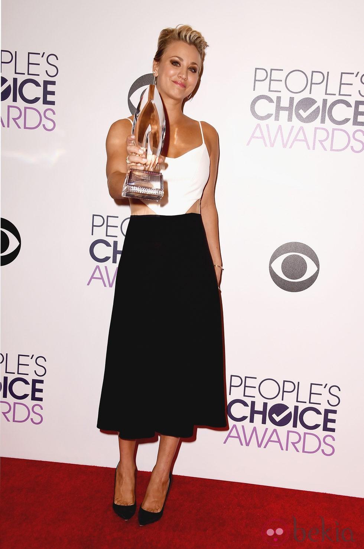Kaley Cuoco posando con su galardón de los People's Choice Awards 2015