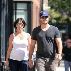 Jennifer Love Hewitt pasea su embarazo por Nueva York junto a su marido Brian Hallisay
