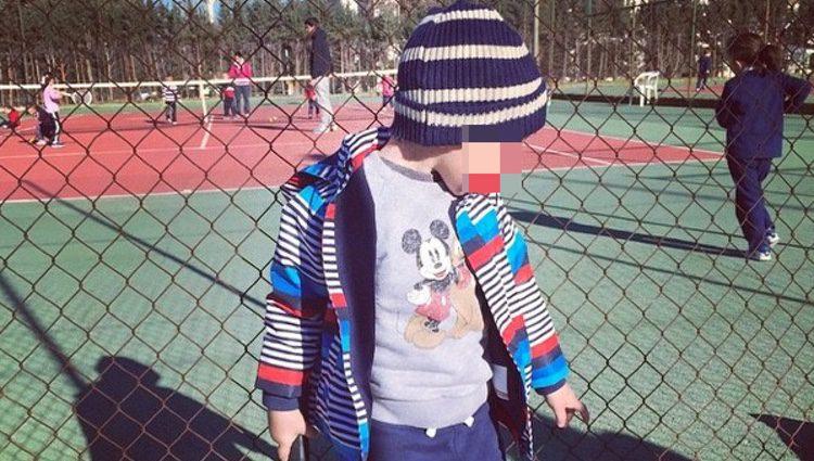 Lucas, hijo de Alba Carrillo y Fonsi Nieto, en su primera clase de tenis