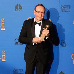 Kevin Spacey posando con su galardón en los Globos de Oro 2015