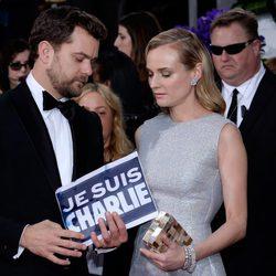 Diane Kruger y Joshua Jackson con una pancarta de 'Je suis Charlie' en los Globos de Oro 2015