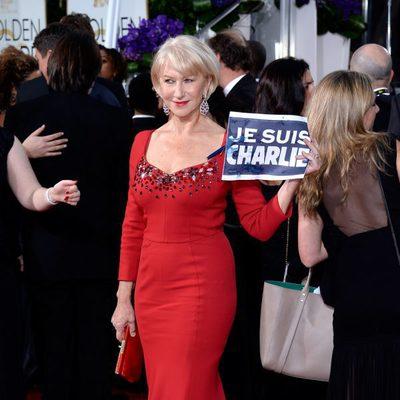 Helen Mirren con una pancarta de 'Je suis Charlie' en los Globos de Oro 2015
