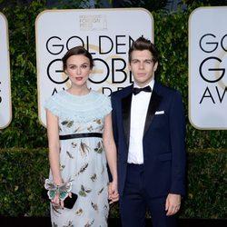 Keira Knightley y James Righton en la alfombra roja de los Globos de Oro 2015