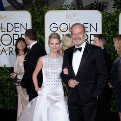 Kayte Walsh y Kelsey Grammer en la alfombra roja de los Globos de Oro 2015