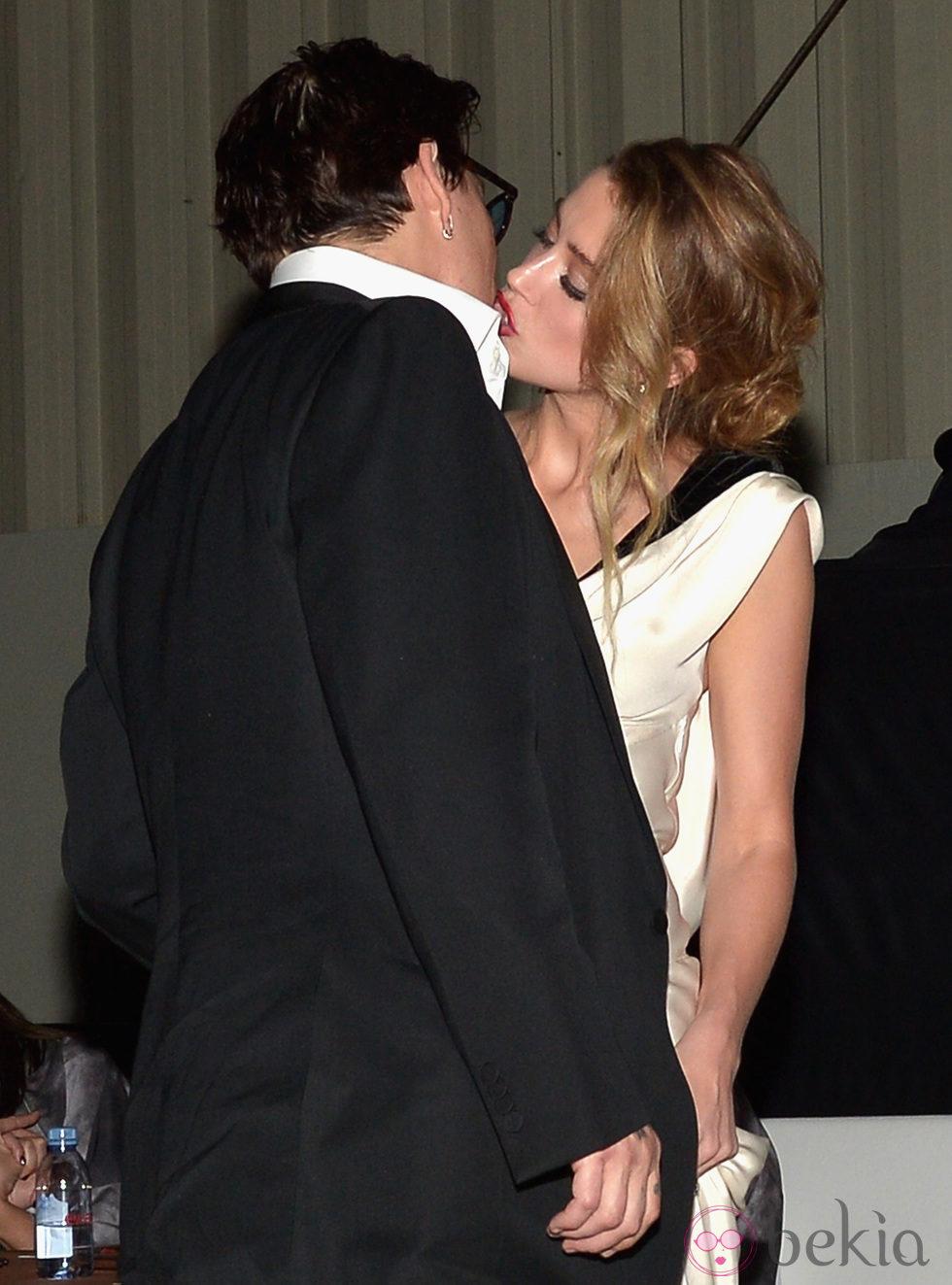 El beso de Johnny Depp y Amber Heard en la presentación de 'The Art of Elysium'