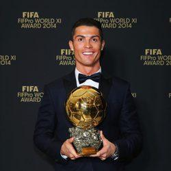Cristiano Ronaldo posando con su Balón de Oro 2014