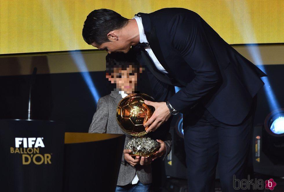 Cristiano Ronaldo con su hijo tras recoger el Balón de Oro 2014