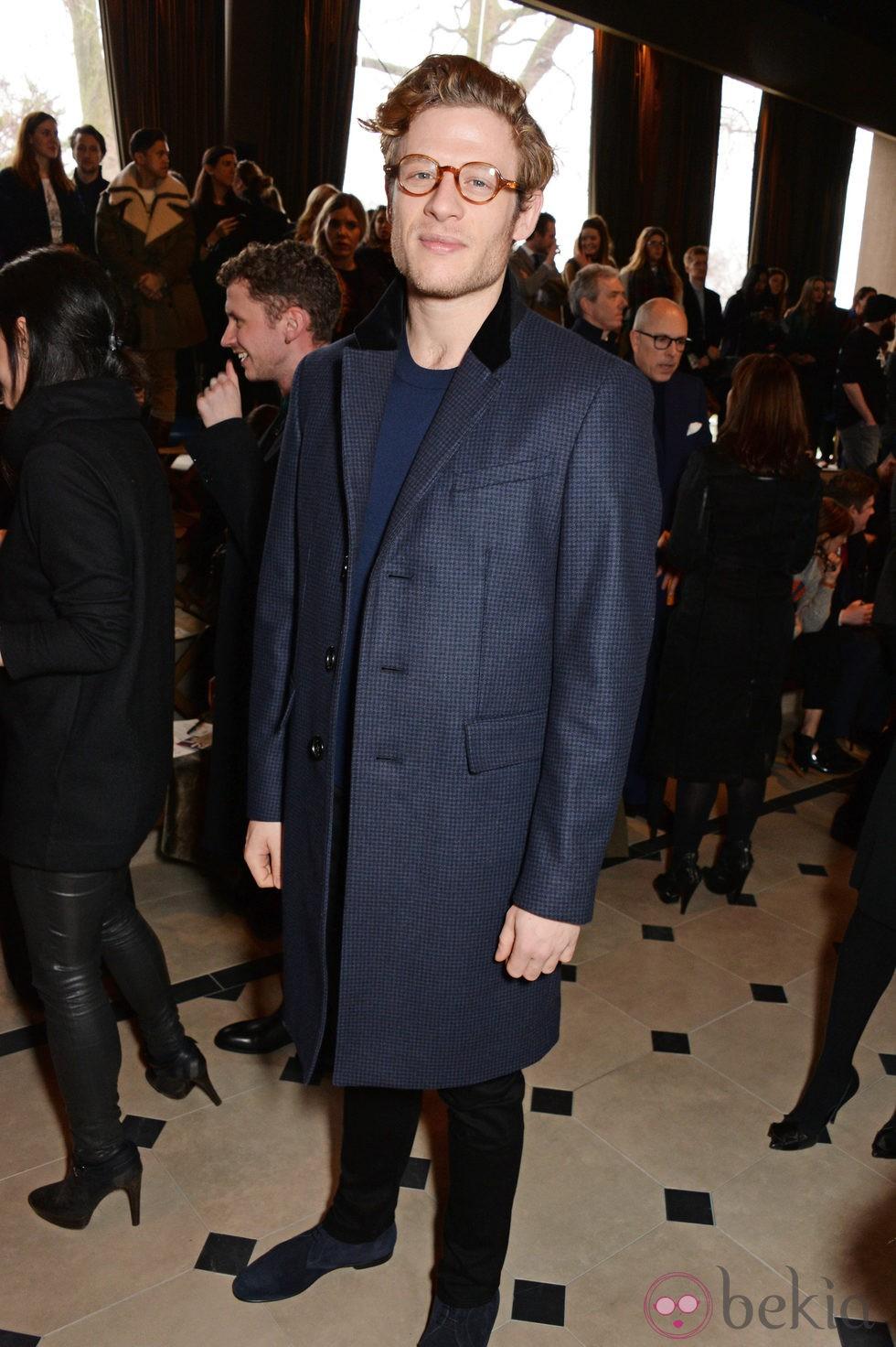 James Norton en el desfile de Burberry otoño/invierno 2015 de la Semana de la Moda Masculina de Londres