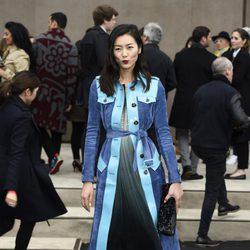 Liu Wen en el desfile de Burberry otoño/invierno 2015 de la Semana de la Moda Masculina de Londres