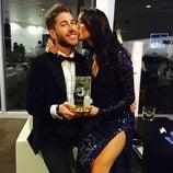 Pilar Rubio besando a Sergio Ramos tras la ceremonia de entrega del Balón de Oro 2014