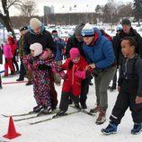 Haakon y Mette-Marit de Noruega ayudan a unos niños a esquiar