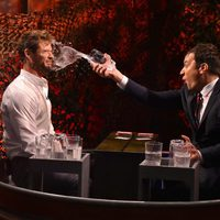 Chris Hemsworth y Jimmy Fallon juegan a la 'Water War' del programa 'The Tonight Show'