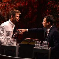 Jimmy Fallon tira un vaso de agua a Chris Hemsworth en el programa 'The Tonight Show'