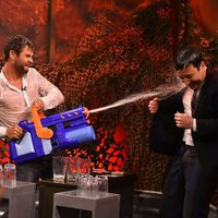 Chris Hemsworth gana la guerra de agua a Jimmy Fallon en 'The Tonight Show'