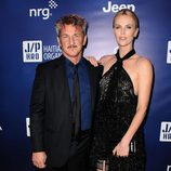 Sean Penn y Charlize Theron en la gala benéfica 'Help Haiti Home'