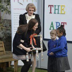 Kate Middleton recibe el regalo de unos niños en su visita a la escuela Barlby de Londres