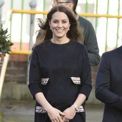 Kate Middleton luce embarazo en su visita a la escuela Barlby de Londres