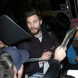 Jamie Dornan agobiado por sus fans en el aeropuerto de Los Angeles