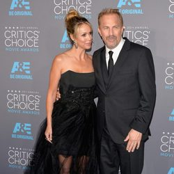 Kevin Costner y Christine Baumgartner en los Critics' Choice Awards 2015