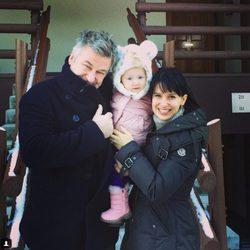 Alec Baldwin e Hilaria Thomas con su hija Carmen Gabriela en la nieve