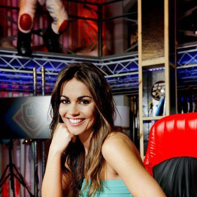Lara Álvarez posando como presentadora de 'Todo va bien'