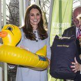 Kate Middleton recibe un flotador con forma de pato como regalo para el Príncipe Jorge